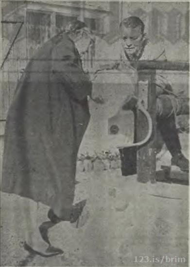 Pálína og Sigurður sækja vatn í brunninn. (mynd morgunbl.1970)