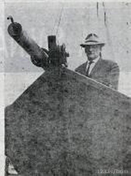 Sigurður Guðjónsson og áraskipið Farsæll á Syningunni Íslendingar og hafið 1968,Mynd: Alþ.bl.